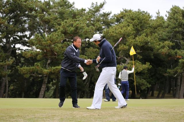 画像: 最終ホールで荒川選手と2位の大村宗志選手は熱い握手を交わした。初日のリードを守ったまま5打差で優勝