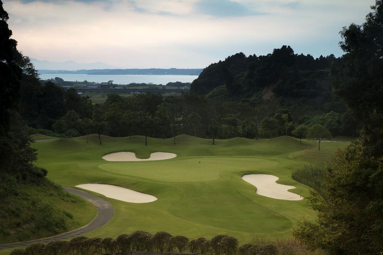 画像: 太平洋C大洗シャーウッドC。打ち下ろしの14番ホール。ゴルフ+漁港を楽しみたい大洗にあって、気軽に予約できるのが嬉しい