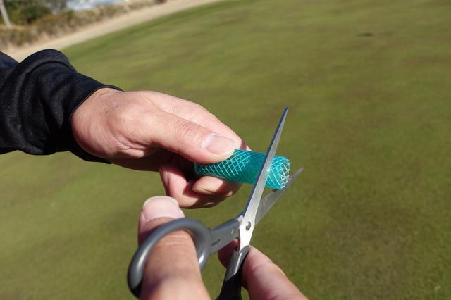 画像: ホースを切るときは、できるだけ真っすぐに切るのがポイント