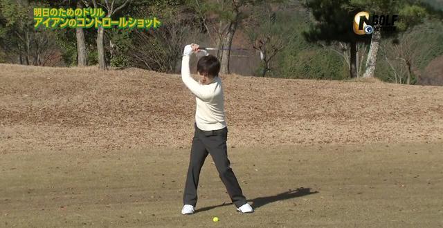 画像: 腕が大きく動きすぎてしまい、クラブヘッドも大きく動いてしまっている悪い例