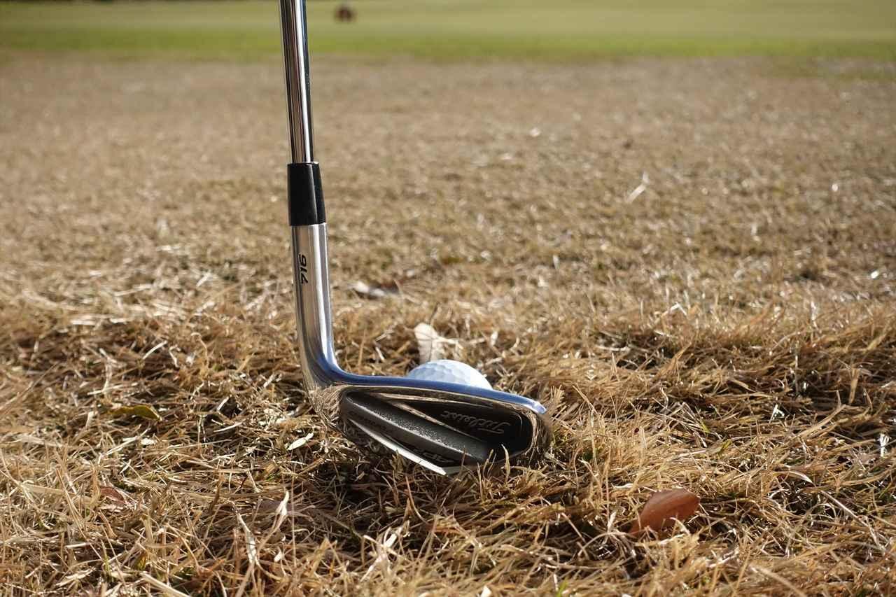 画像: ヒールを浮かせる位アップライトに構えることでミスが激減。トウ寄りで打つ