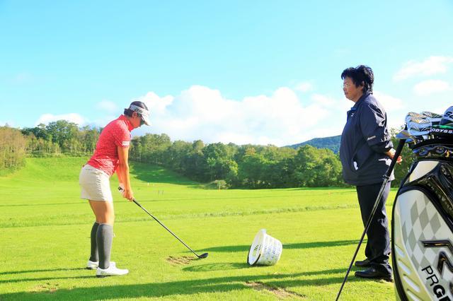 画像: 現在もツアー会場では森田を指導する岡本綾子の姿が見られる