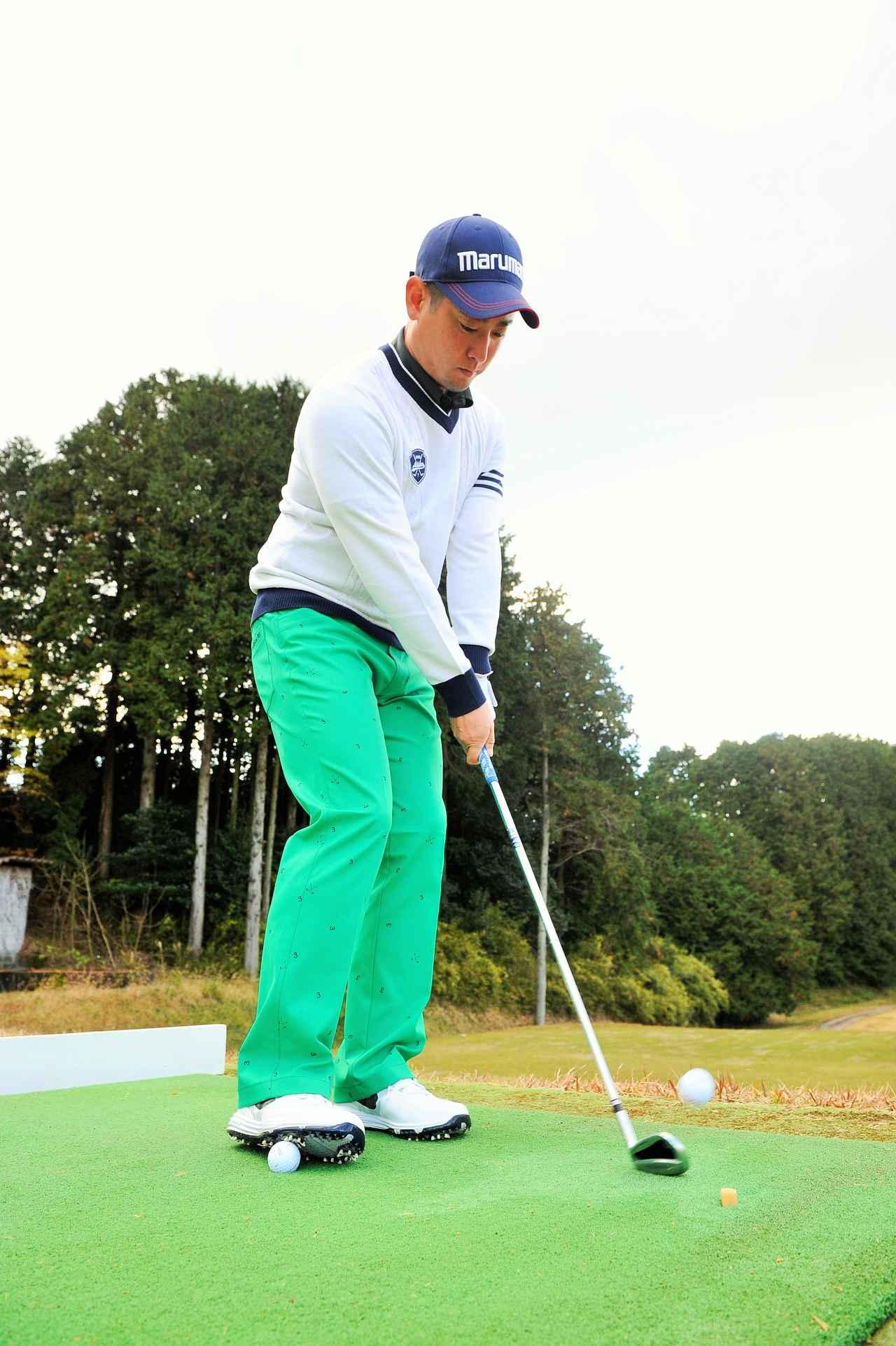 画像: 右足にボールを踏んだまま打つことで左足体重の状態を保てる