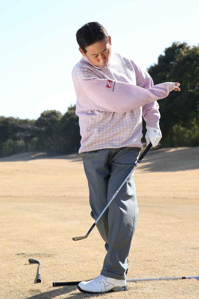 画像: 卓球のラケットでスピンをかけるイメージで振る
