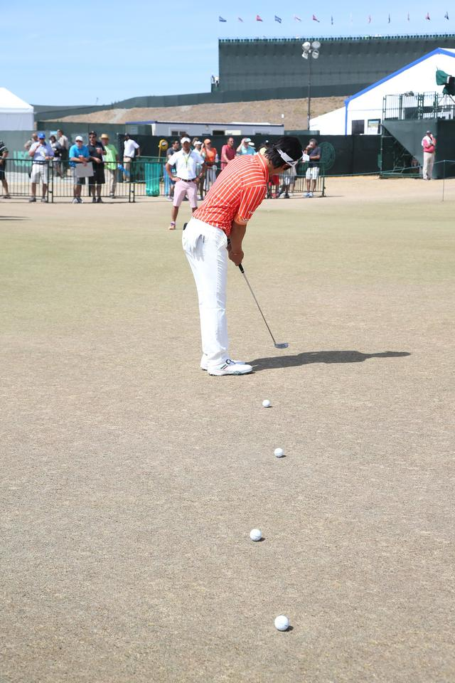 画像: 石川遼は、多数のボールを使って、距離感を養う練習を行う
