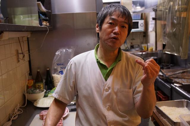画像: この道30年の店主の半田千洋さん