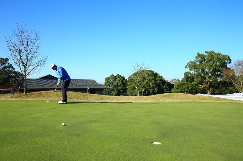"""画像: """"13フィート""""でもお構いなし! パットは「下り」だけ注意すればいいんです【大学教授のパットの授業】 - みんなのゴルフダイジェスト"""