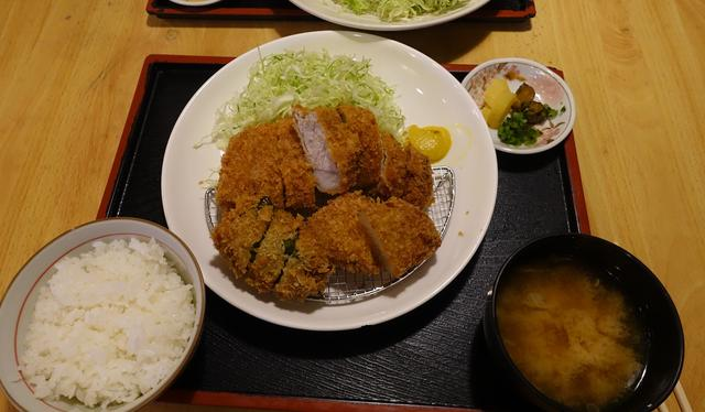 画像: ロースかつ、ピーマン肉詰め、タマネギの盛り合わせに、ご飯とみそ汁つき1080円。安い!
