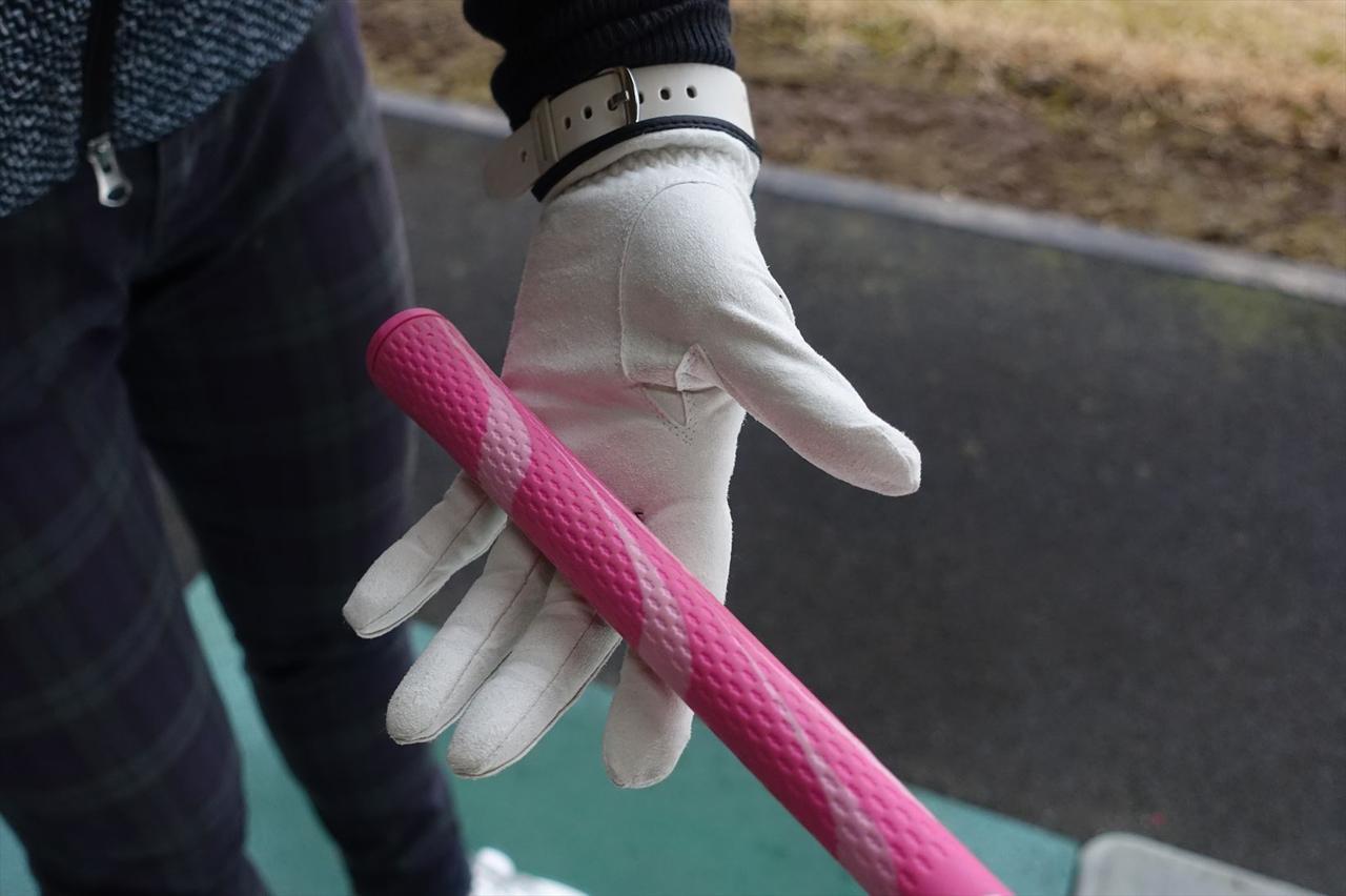 画像: 左手の小指の付け根から人差し指にかけて、斜めにクラブを握る