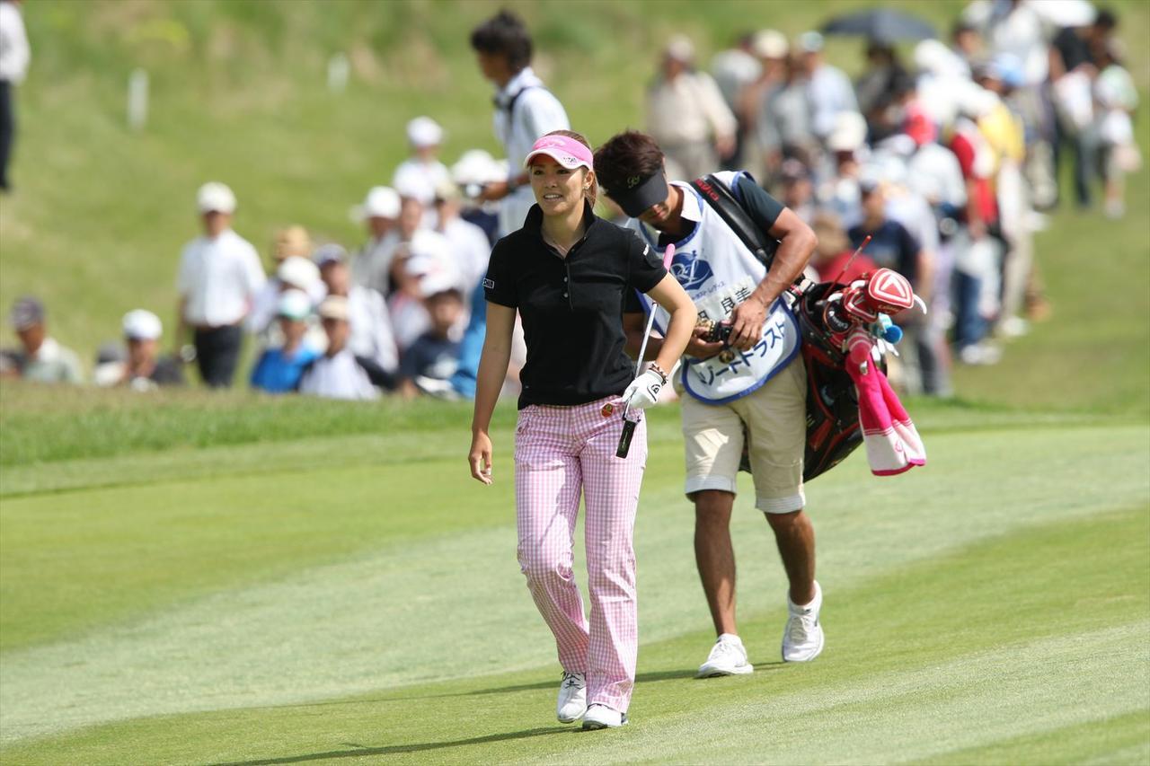 画像: 2010年リゾートトラストレディス最終日を爽やかに歩く甲田良美。このとき、ゴルフを始めて10年も経っていない