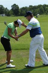 画像: ヤニを教えるギルクリストさん。ヤニは肩を縦に回すクセがあるのでフェースが閉じやすかった(写真は2012年全米女子OP時)
