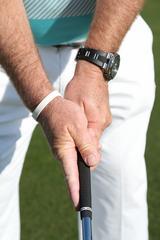 画像: 右の人差し指を伸ばしてグリップに沿わせて振れば、フェースを常にスクェアに保てる
