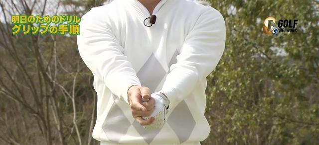 画像: ひじは内側に絞った状態のまま、前腕だけを回してグリップ