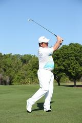 画像: 腰の回転を意識して左足で全体重を支え、右足は一歩踏み出す準備