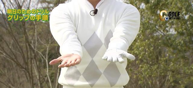 画像: 腕の重さで自然に両脇がしまっているのを確認しよう
