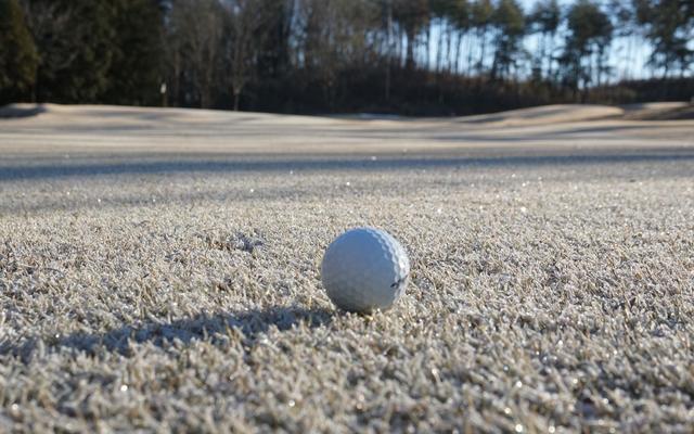 画像: ナイスショットが「コーン!」と奥へ……。凍ったグリーン、どう攻めるのが正解? - みんなのゴルフダイジェスト