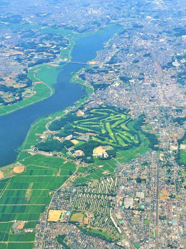 画像: 川沿いにあるのも特徴のゴルフ場だ