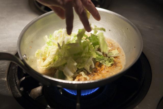 画像: 白菜はサッと入れる