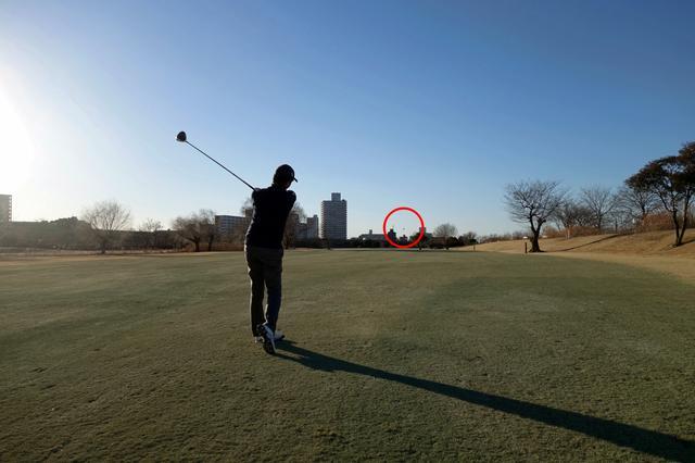 画像: M1 440で直ドラを放つプロゴルファー・中村修。低いライン出しショットは風の日に最適!