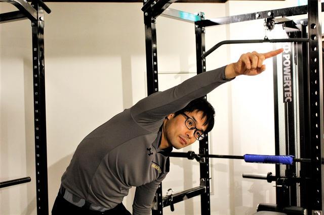 画像: 「鞭ボディ」で飛距離UP! 広背筋を伸ばして上半身の柔軟性を高めよう【毎日簡単ゴルフストレッチ】 - みんなのゴルフダイジェスト