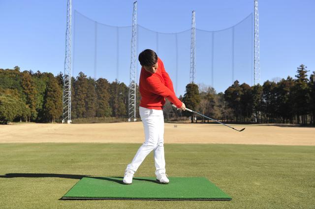画像: 飛ばしたいなら練習するのは「サンドウェッジ」がいい!? SWの簡単ドリル - みんなのゴルフダイジェスト