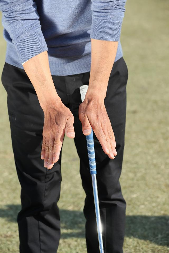 画像: 左手も右手も、クラブを上から押さえるような形で、左右対称に握るのがポイント。左右の手首の曲がる方向が同じになり、真っすぐコックできる