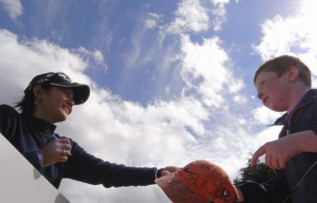 画像: 2007年当時、子供のファンに笑顔でサインをする宮里藍。転売問題はいつになっても消えない