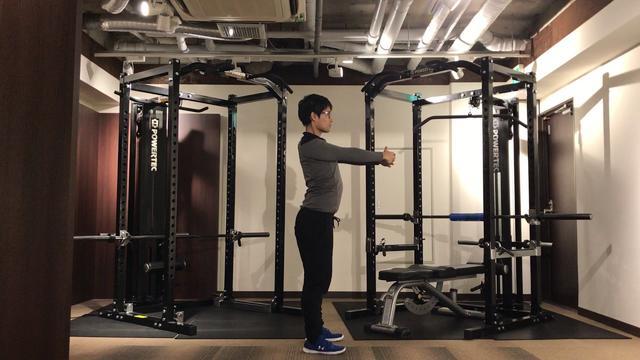 画像: 【簡単ゴルフストレッチ】肩甲骨をほぐすストレッチ www.youtube.com