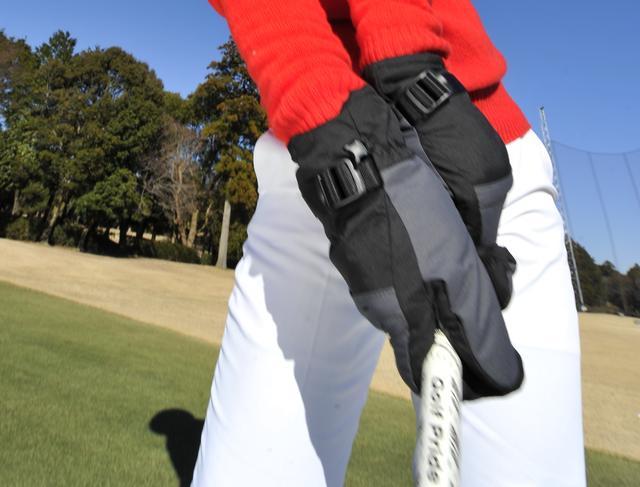 画像: 飛ばしのハンドファーストインパクトは「両手グローブ」を手に入れる!【SWの簡単ドリル】 - みんなのゴルフダイジェスト