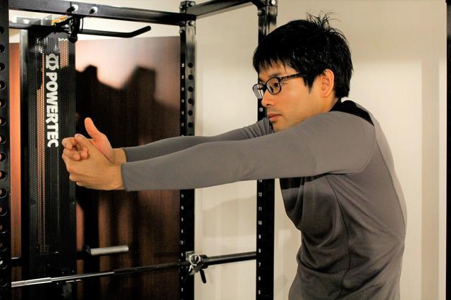画像1: 両手のひらを重ねて体を回すだけ