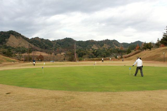 画像: 奥はアプローチ練習場。広大な練習グリーンはインとアウトにある。