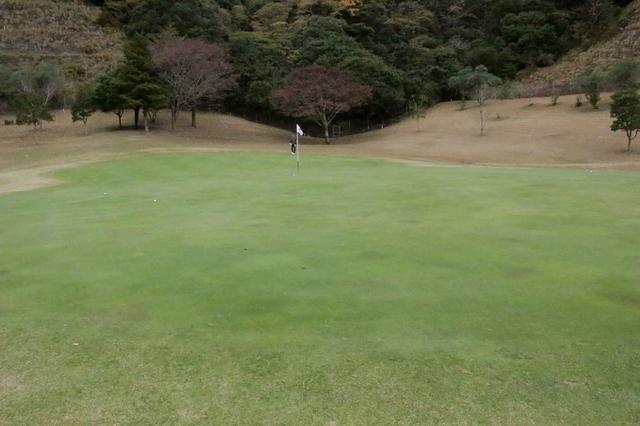 画像: グリーンは広いところで奥行き40ヤード以上あるところもある。ラウンド前はロングパットの練習が必須!