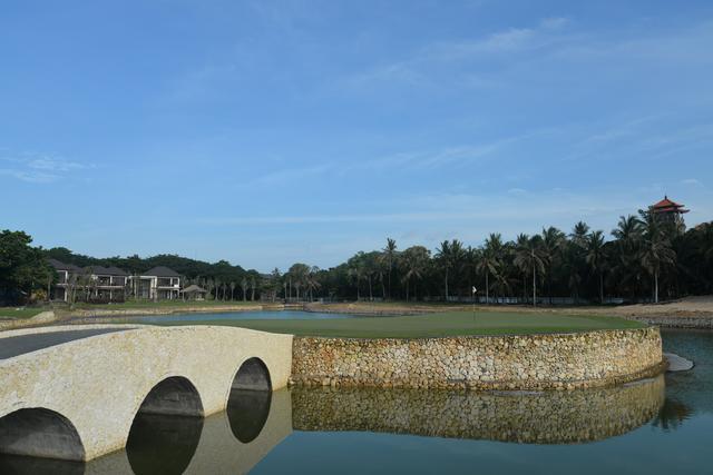 画像: 池に囲まれたグリーンはプレッシャー大