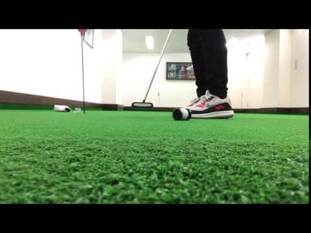 画像: スクエアに打つためのパッティングボールが難しすぎる www.youtube.com
