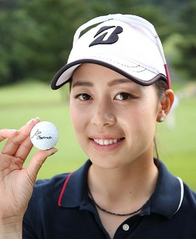 画像: 1994年2月21日生まれの23歳。鹿児島県鹿児島市出身で、ゴルフの強豪校として知られる樟南高等学校を卒業後、4度目の挑戦で2015年のプロテストを合格。現在は早稲田大学人間環境学部通信教育課程に在学中の女子大生プロでもある