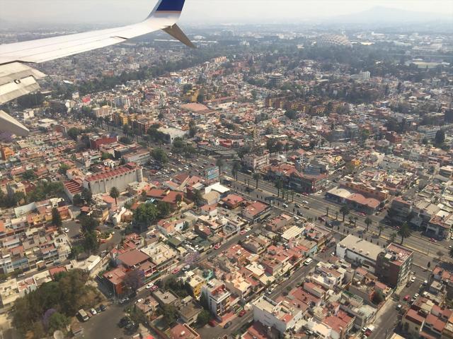画像: 飛行機の窓から見たメキシコシティ