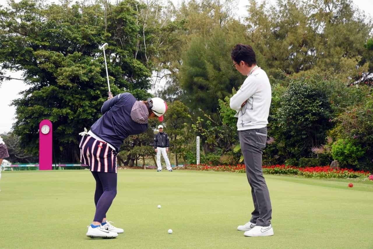 """画像: 「テークバックなし」「2個同時打ち」成田美寿々の""""パタ練""""が個性的過ぎる! - みんなのゴルフダイジェスト"""
