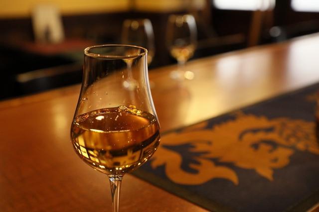 画像: 蒸留所のブレンダーもこの飲み方で味をみるという