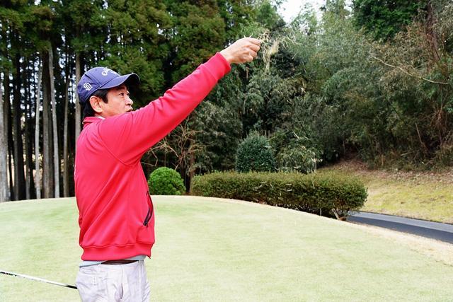 画像: ゴルファーなら一度は憧れる、芝草飛ばしの図