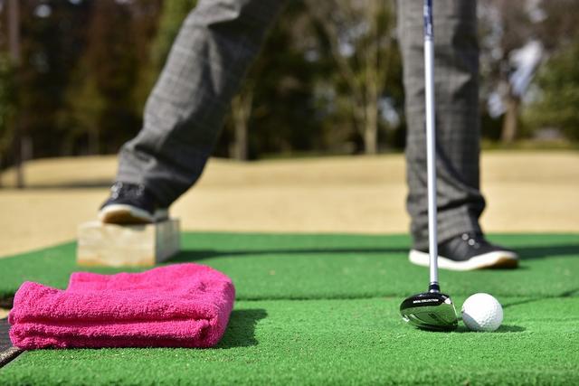 """画像: FW&UTは傾斜地から使うもの。練習場でできる""""傾斜地ウッドドリル""""【左足上がり/下がり編】 - みんなのゴルフダイジェスト"""