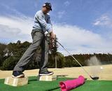 画像: 自分がいる位置よりも低いところにボールがあるのでつま先下がりの練習ができる