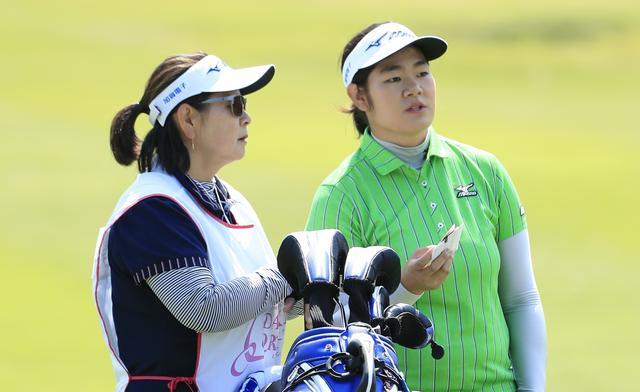 画像: 開幕戦2位の成績を収めた川岸史果と、キャディを務めた母・麻子さん