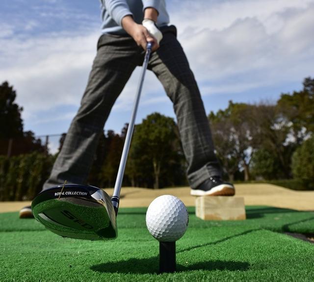 画像: 左足上がりは比較的やさしい。フェアウェイウッドでしっかり距離が出せればOK