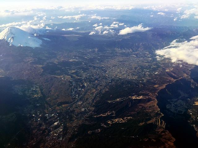 画像: 離陸して5分、窓から箱根のゴルフ場群が一望できた