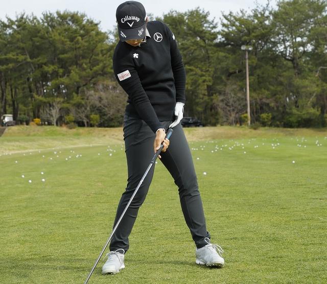 画像: ダウンスウィング時の左足はベタ足キープを意識しよう