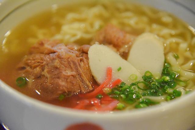 """画像2: 4時間煮込んだ""""ソーキ""""は箸でほぐれる軟らかさ。豚とかつお節のスープも美味"""