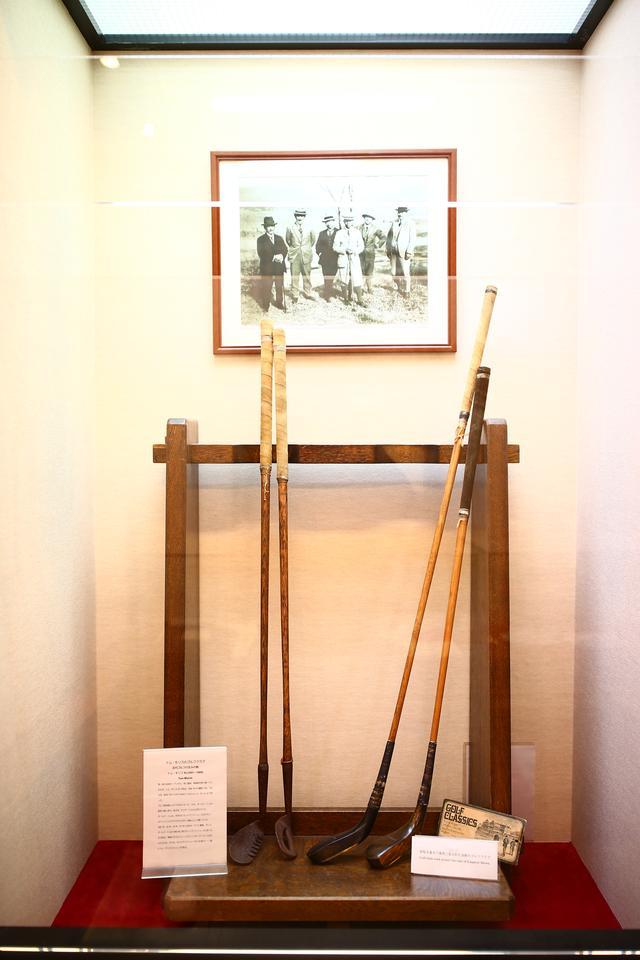 画像: 歴史あるコースだけに展示コーナーを眺めるのも楽しい。写真右は昭和天皇がプレーした当時のクラブ