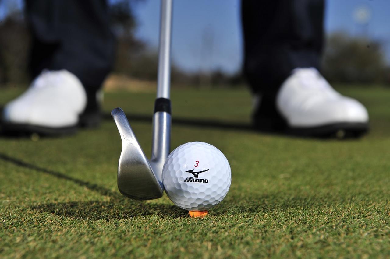 画像: ソールをしない。芝が長いときは芝の葉先とボールの下をそろえる
