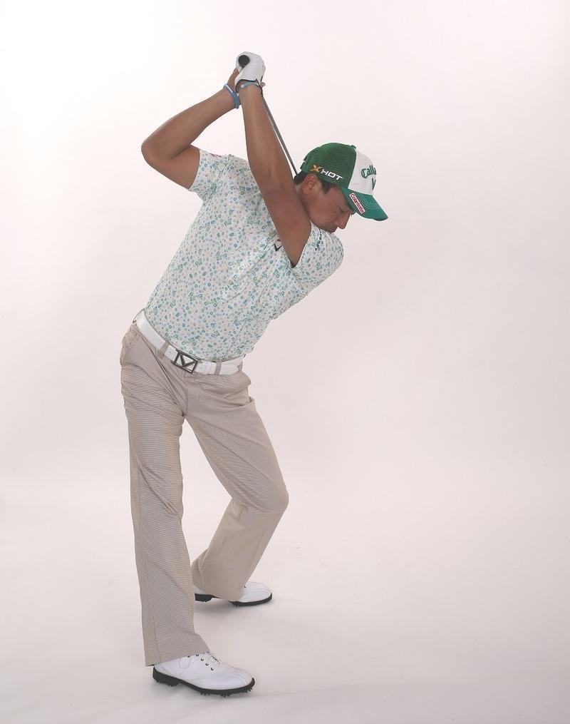 画像: 腕とクラブはつられて動く。ひざが伸びれば身体は回る