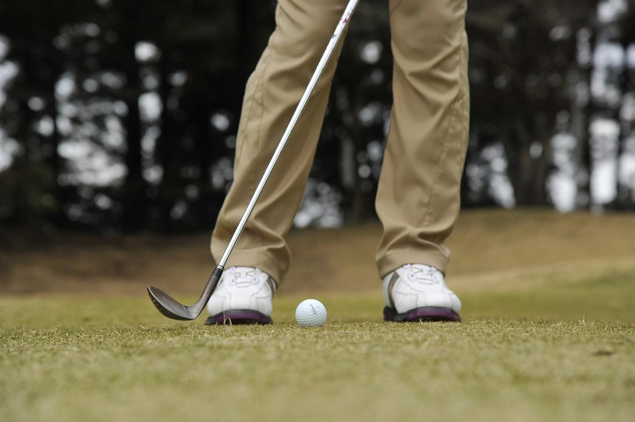 画像: ボールを直接ヒットするのではなく、手前からソールを滑らせるイメージで振ろう